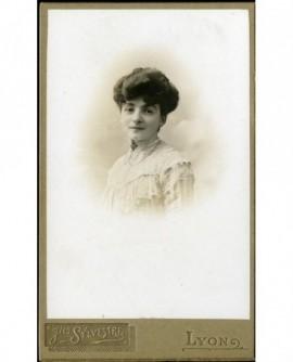 Portrait de jeuen fille en robe blanche