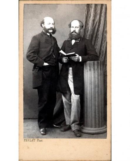 Deux hommes barbus près d'une colonne