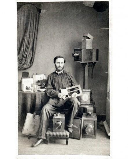 Autoportrait du photographe Eugène TRUTAT dans son studio