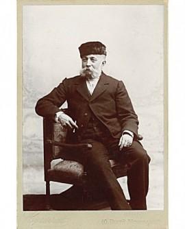 Autoportrait du photographe Emile Bondonneau en toque