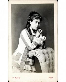 Jeune femme assise, bébé sur les genoux