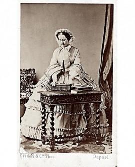 Impératrice Eugénie, robe à volants et chapeau