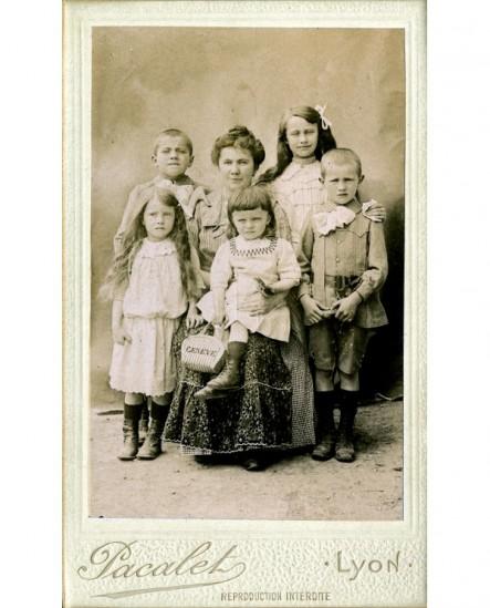 Mère assise entourée de cinq enfants (2 filles 3 garçons)