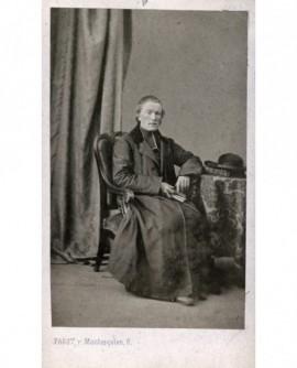 Ecclésiastique âgé assis un livre à la main