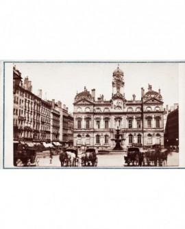Vue extérieure de la place de la mairie de Lyon avec fiacre