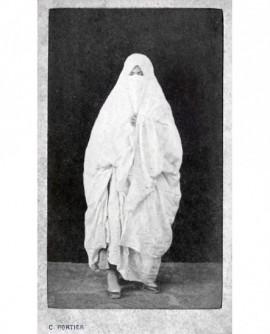 Femme arabe debout posant voilée