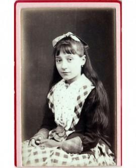 Jeune femme aux cheveux long assise