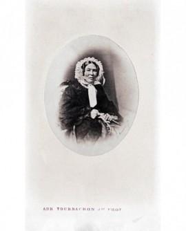 Portrait (en médaillon) d'une femme agée