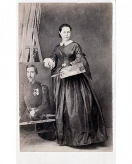 Femme devant une peinture sur chevalet, palette