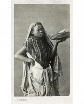 Femme noire portant un plateau en osier