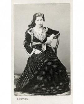 Femme en robe posant assise. juive