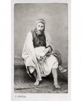 Homme agé barbu posant assis. juif