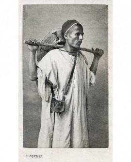 Homme posant debout portant un baton. Kabyle