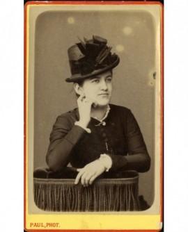 Portrait de jeune femme en chapeau