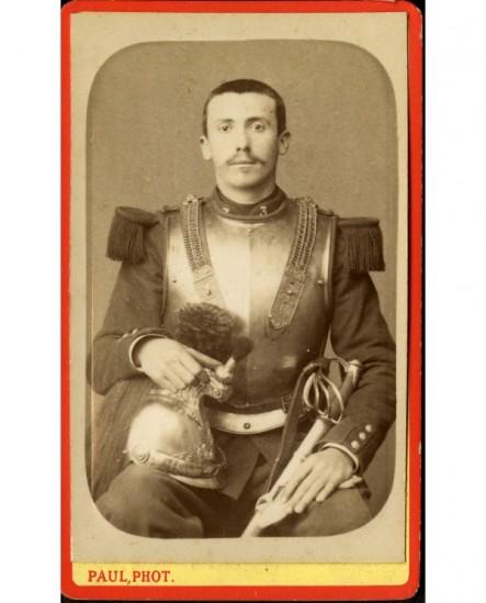 Militaire du 3è cuirassiers assis, tenant casque et sabre