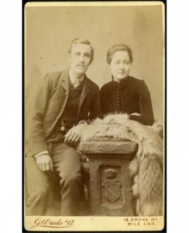Couple autour tenant un renard argenté, stèle armoriée