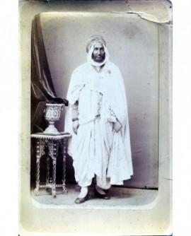 Abd-el-kader posant debout