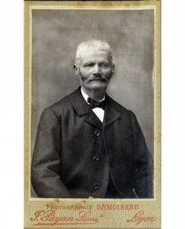 Portrait d'un homme à favoris et moustache