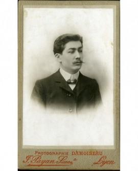 Portrait d'un homme à moustache en pointe