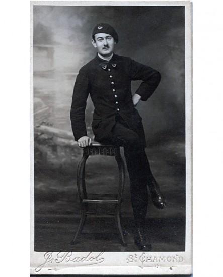 Militaire posant assis. Henri BERTHOLON