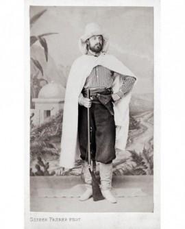 Homme posant avec fusil et révolver