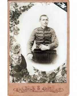 Femme posant debout. Louise Guilbert