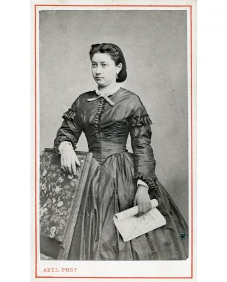 Femme debout tenant un document