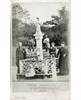 Personnes autour d\'une statue de la vierge à Pont-Main