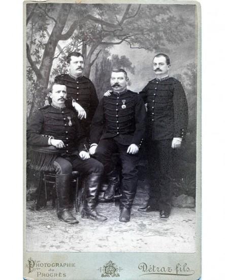 Quatre militaires posant avec décorations