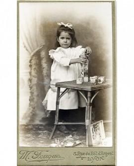 Femme posant debout. Berthe Marey Mouge