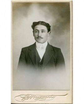 Portrait d'un homme moustachu