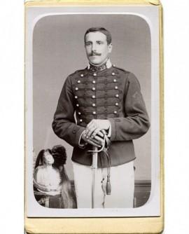 Militaire posant debout avec un sabre