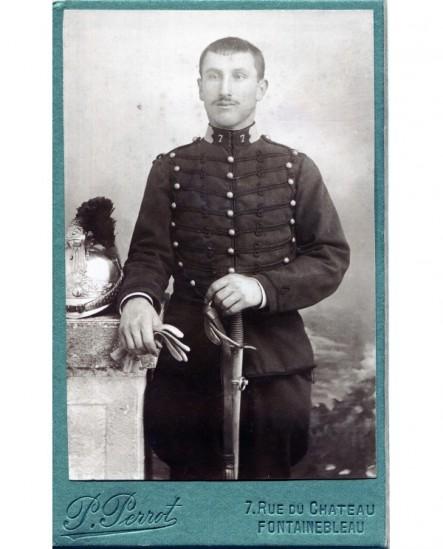 Homme posant debout avec un fusil