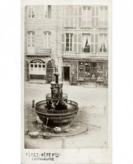 Fontaine en fonte ouvragée sur une place (Caen ?)