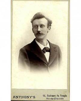 Portrait d'homme à moustache en pointes