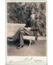 Homme posant assis sur un banc