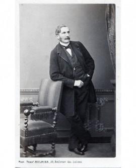 Homme posant debout. Alphonse Marey Monge