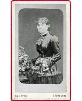 Jeune femme en robe noire debout