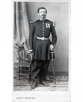Militaire posant debout avec décorations et sabre