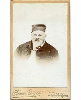 Portrait d\'un homme barbu portant un calot