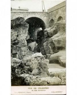 Pont et blocs de rochers (les abimes du Fier)