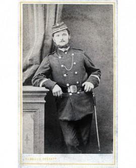 Militaire posant debout
