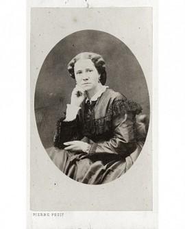 Portrait d'une femme assise, se tenant la tête