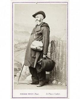 Homme en tenue de voyage, sac à la main et en bandoulière