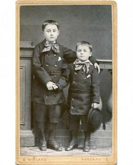 Couple d'enfants posant debout