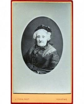 Portrait en médaillon d'une femme agée