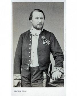 Homme posant debout. Pierre DE CARDEVAC (d'Havrincourt)