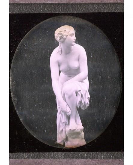 Femme nue. Statue de M. Pradier (b)