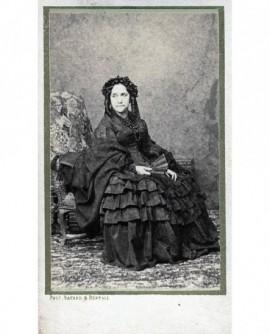 Femme en robe assise tenant un éventail. Mlle de Négron