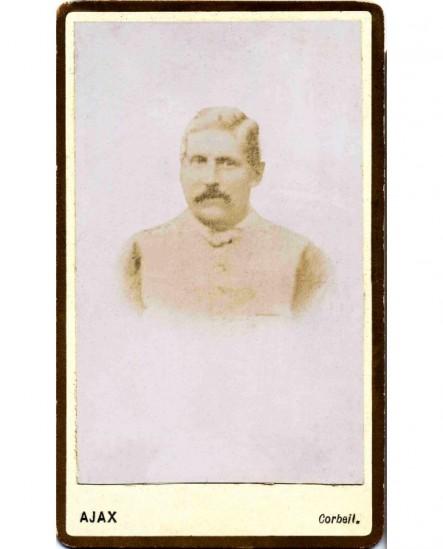 portrait d'homme moustachu